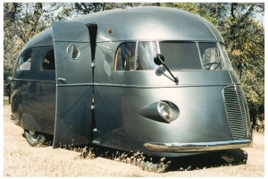 Some whackytacular van/bus/airstream auto from a 1950s-'60s space movie!