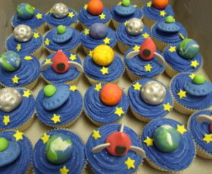 These just make me giddy & gleeful! Normally Jupiter is my favorite planet, but I am so impressed with these petite, edible Earths that that's the one I would pick to eat (first). ;) I found this photo via Magnolia Cakes, but the description left little to be desired ~ it simply said: Cupcakes 3D-Space. Hrmpf, well, they are out of this world, if you ask me!